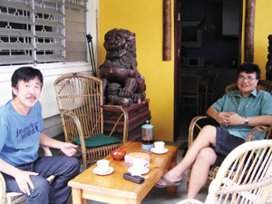 03kulim-based-heng-eow-lin-left-visiting-eric-quah-at-his-reservoir-gardens-home